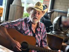 Troost in coronatijd: countrylegende Ben Steneker (85) zingt 'No One Stands Alone'