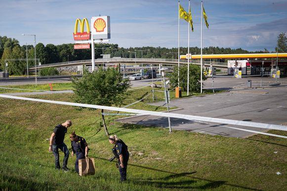 Politiemensen voeren sporenonderzoek uit.