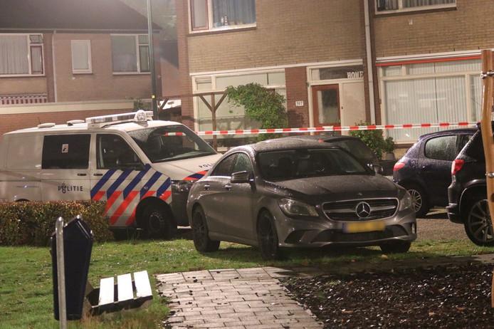 In een Mercedes aan de Gentiaanstraat in Apeldoorn werden enkele kogelgaten aangetroffen.