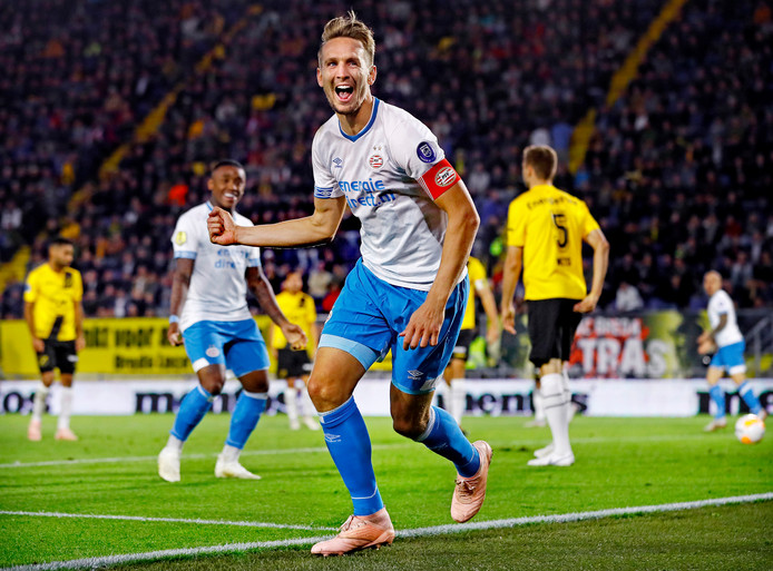 Luuk die Jong juicht na de 0-1 tegen NAC. De PSV-spits zette zijn ploeg 10 keer op voorsprong.