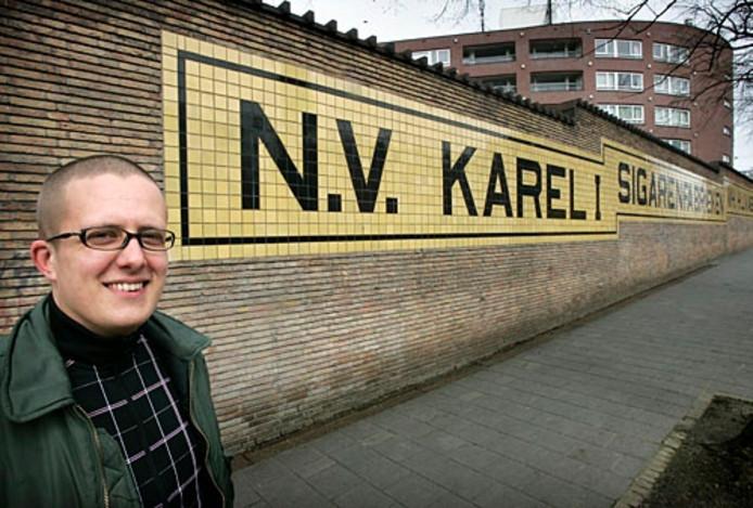 Albert van Abbe voor de Karel I sigarenfabriek-muur in Tongelre. Deze fabriek was van zijn overgrootvader Henri van Abbe, die het Van Abbemuseum heeft gesticht. Foto René Manders