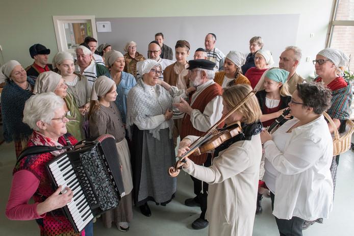 Toneelvereniging De Kleine Komedie tijdens een van de Anatevka-repetities, met in het midden (met bril) Wil Huibers, die dit keer de rol van Golde vertolkt.