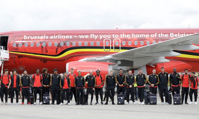 De Rode Duivels poseren nog even voor de groepsfoto voor ze op het vliegtuig stappen richting Rusland.