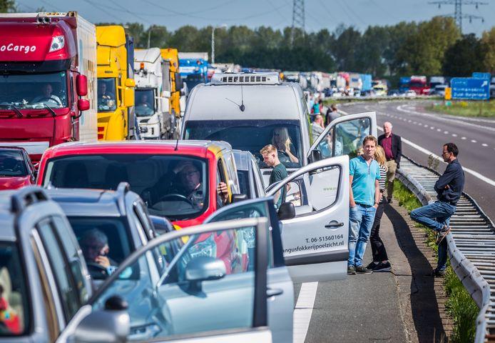 De Haringvlietbrug gaat voortaan niet meer om 15.30 uur open, wat voor sommige automobilisten veel filetijd scheelt.