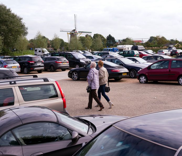 Het tijdelijk parkeerterrein op de locatie van de Rabobank. Daar start nu de bouw van drie energieneutrale woningen.  foto Izaäk Verkeste