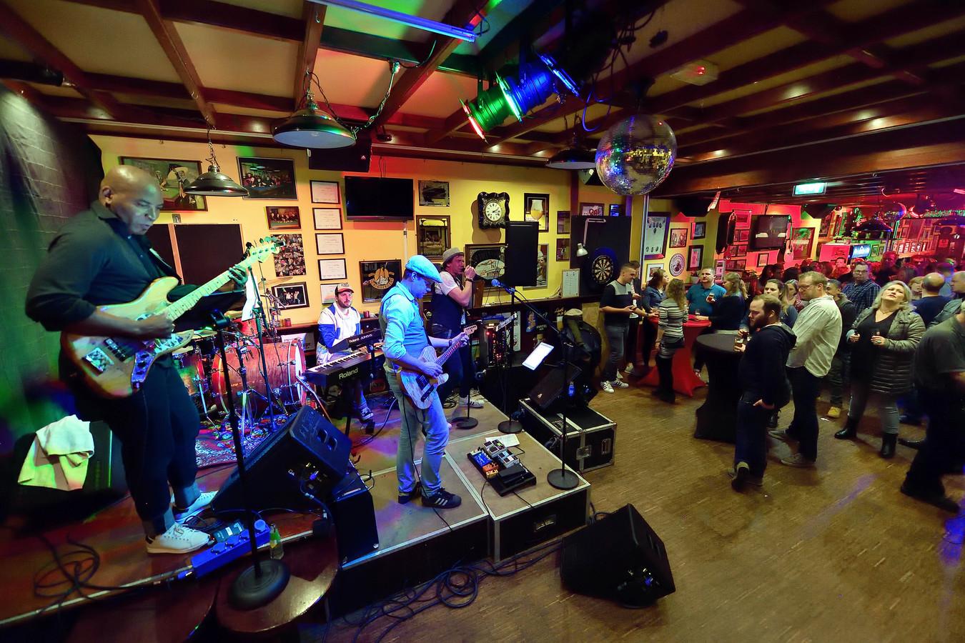 Tapage in 18 kroegen. De band de Hollandse Leeuw speelt in het Wapen van Roosendaal op de Oude Markt.