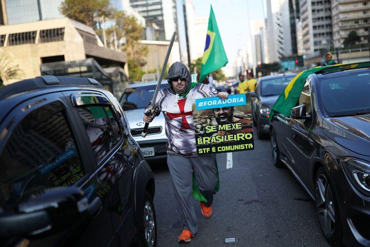 Supporters van Bolsonaro protesteren tegen de sociale isolatie voorschriften in São Paulo. Beeld REUTERS