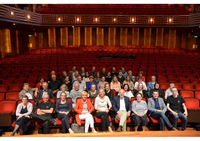 Rob Zuidema (vooraan, vierde van rechts ) te midden van zijn nieuwe collega's van de Zwolse Theaters.
