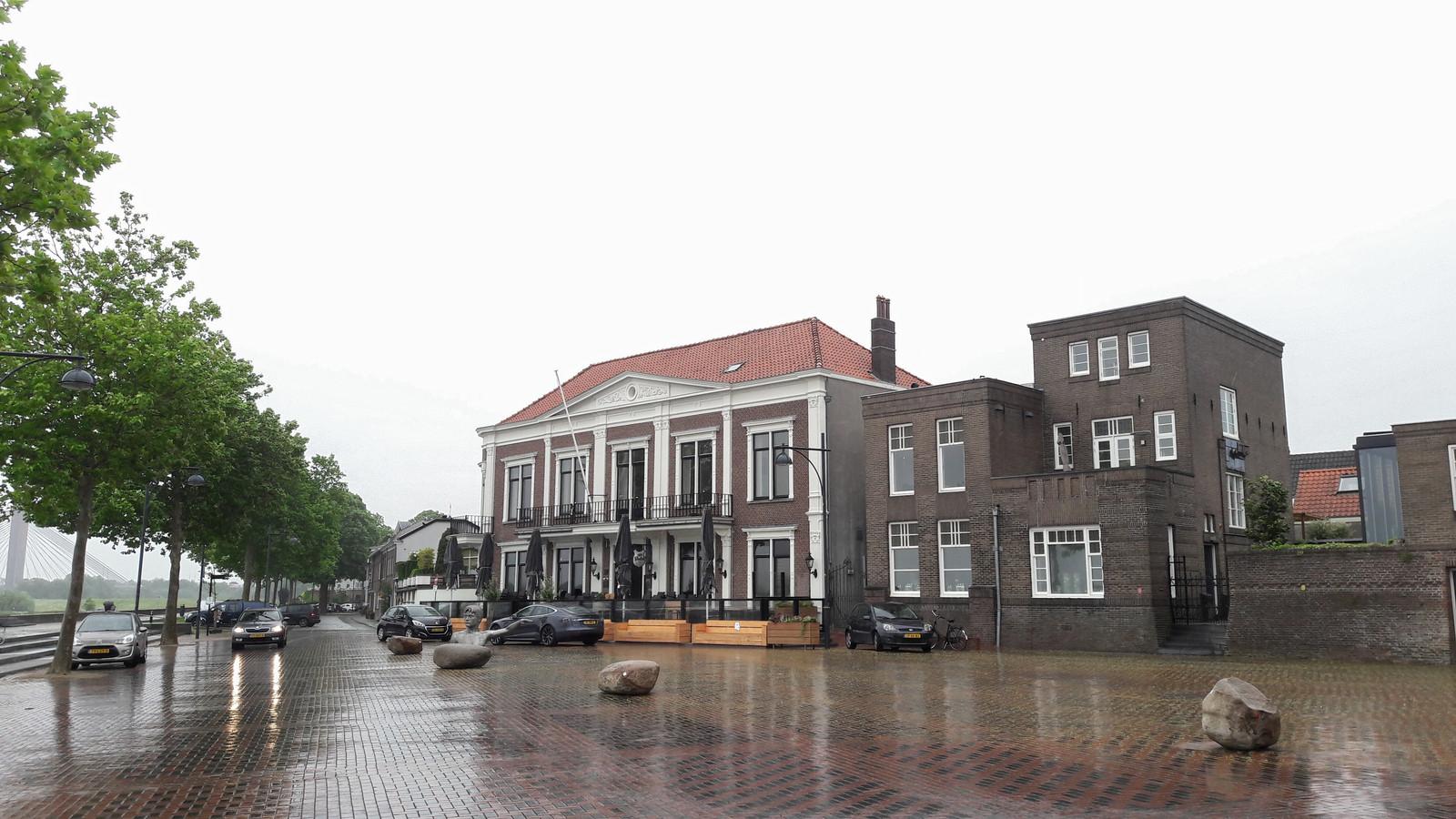 De Verdraagzaamheid in Zaltbommel, met voor de deur alvast de banken voor als het terras op 1 juni open kan.