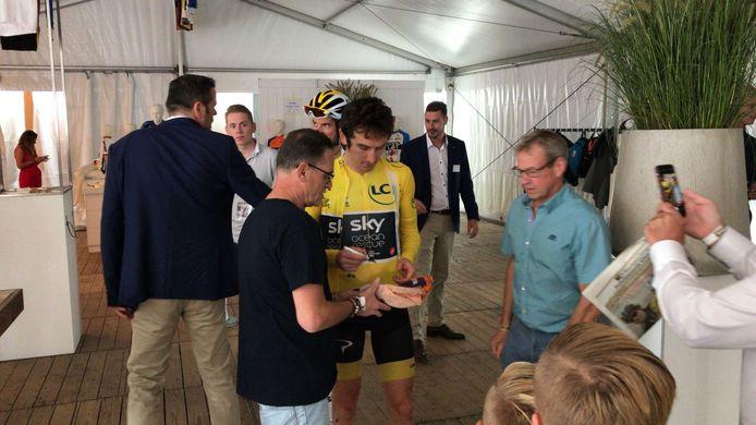 Geraint Thomas neemt tijd voor fans bij Profwielerronde Etten-Leur.