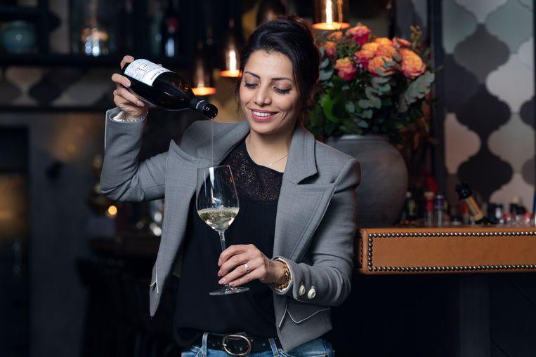 Het weekend belooft mooi en zonnig te worden en onze huissommelier Sepideh trakteert u op de ideale wijnen bij die eerste zonnestralen. Ze proeft van maar liefst 25 flessen uit supermarkt en speciaalzaak, waaruit vier absolute toppers geselecteerd worden.