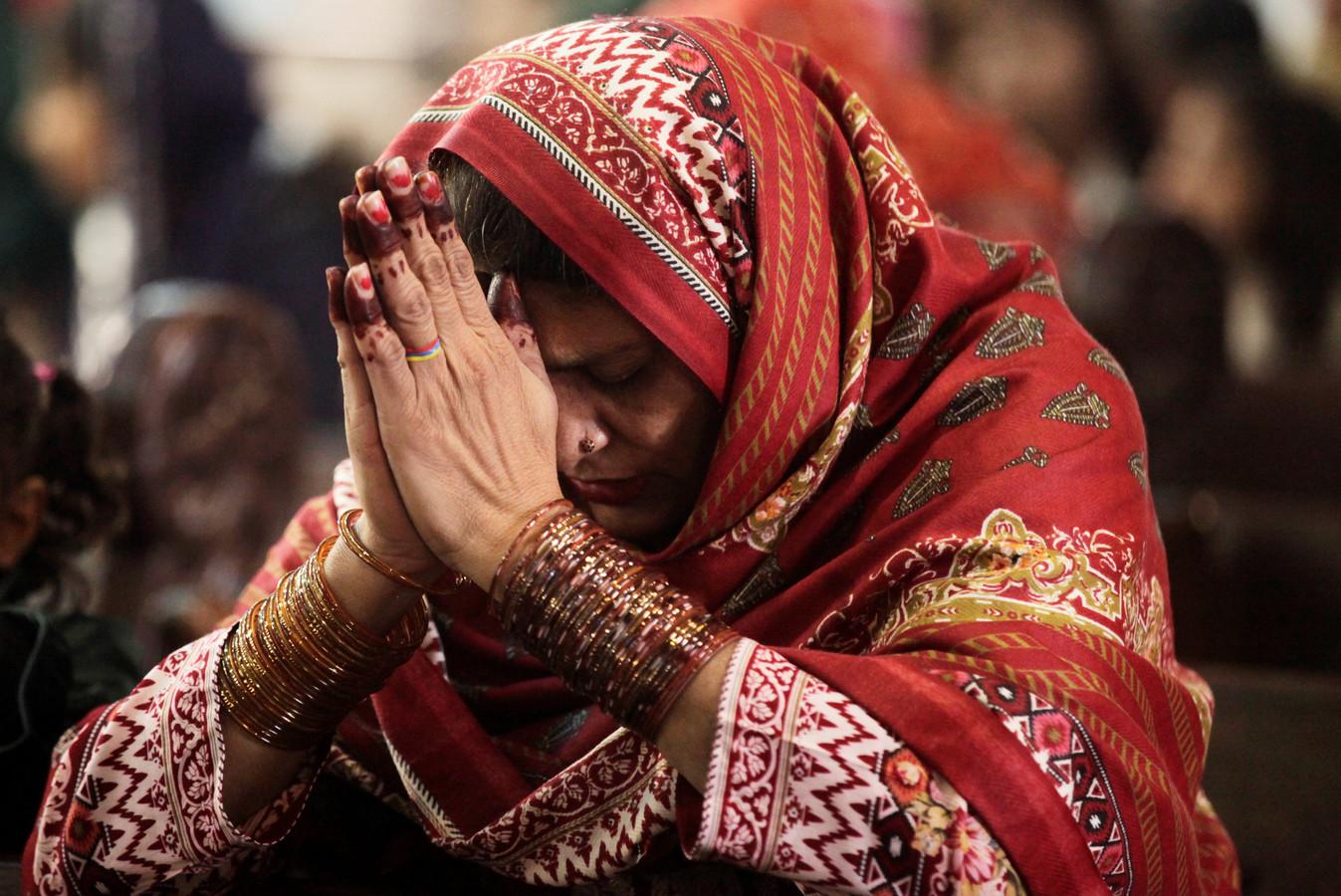 Een vrouw bidt tijdens de mis in de Heilig Hart kerk in de Pakistaanse stad Lahore.