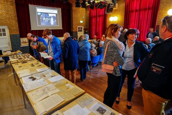 Genieten van Achtse geschiedenis in foto's en knipsels in het Dorpshuis.