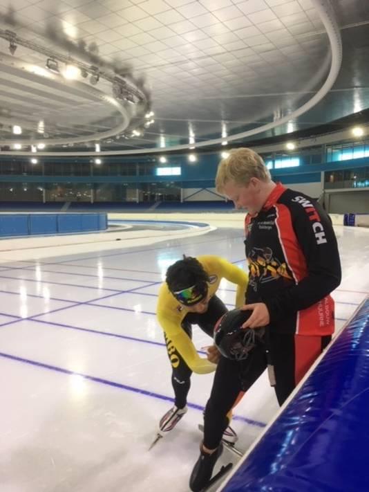 Patrick Roest zet zijn handtekening op het schaatspak van Eline.