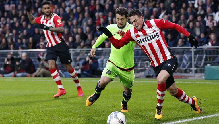 Ajax-speler Amin Younes in duel met PSV-speler Santiago Arias. Beeld anp