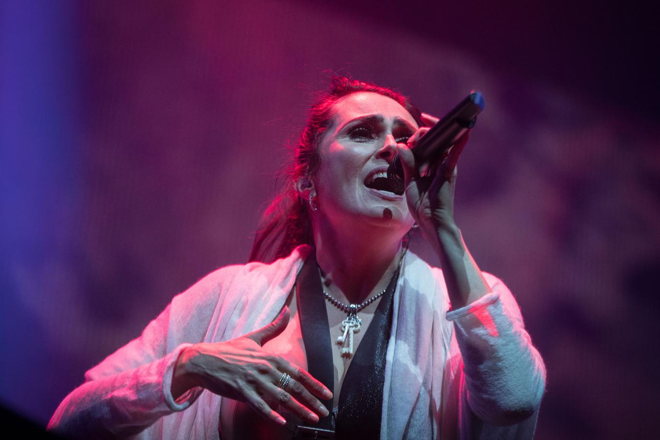 De Nederlandse rockband Within Temptation met leadzangeres Sharon den Adel tijdens een concert in 2018 in AFAS Live.