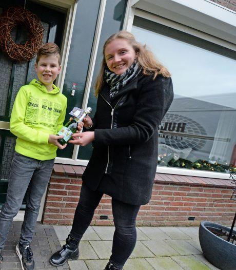 Meesters en juffen gaan in Eibergen rond met nieuwjaarsbubbels