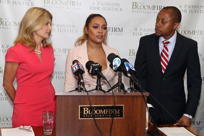 Lisa Bloom (links) en Teairra Mari (midden) tijdens een persconferentie.