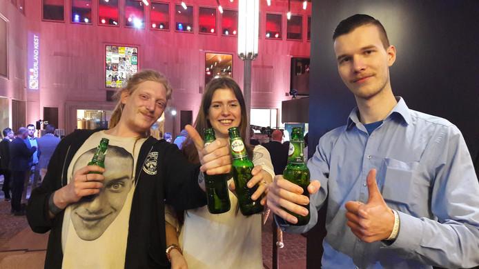 Arnhemmers Robbert Kol, Dyale Lammers en Tycho van Zuylen proosten op het succes van Forum voor Democratie.