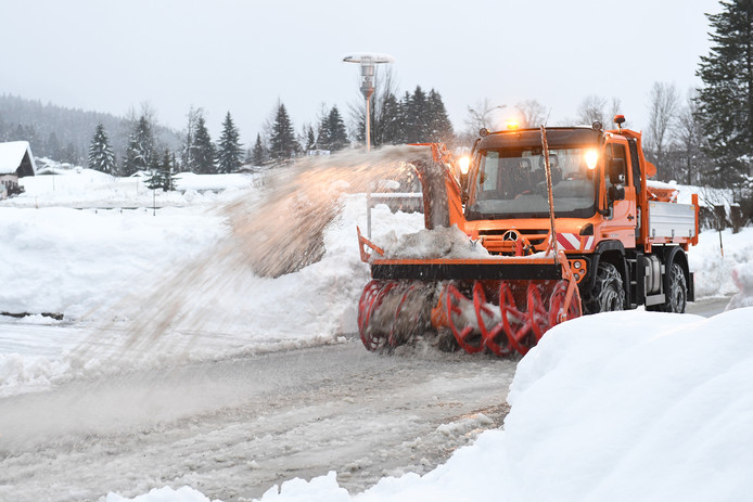 Met sneeuwruimers worden de Oostenrijkse wegen weer begaanbaar gemaakt.