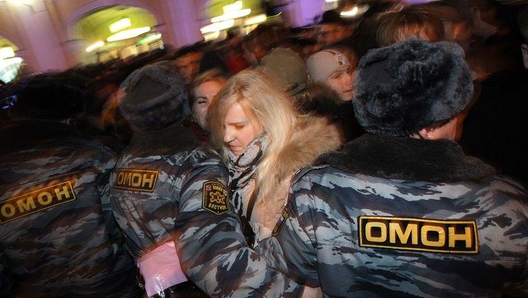 Een betoger wordt gearresteerd. Beeld epa