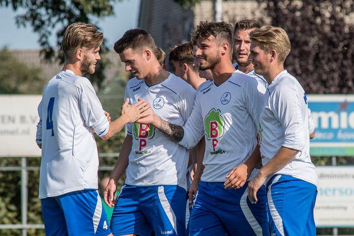 DFS-voetballer Melvin van Osenbruggen (derde van rechts) ontvangt de felicitaties na zijn 2-0 tegen Kesteren.