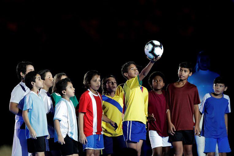Voor het duel brachten tijdens de openingsceremonie kinderen gehuld in de shirts van alle deelnemende landen de wedstrijdbal het stadion binnen. Beeld EPA