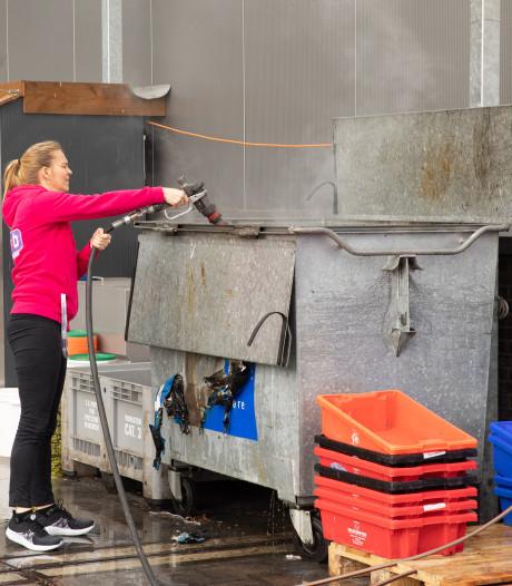 Buurvrouw Bertina blust containerbrand en krijgt als dank een lekkere visschotel