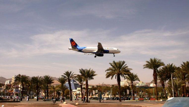 Een vliegtuig maakt zich klaar voor de landing op het vliegveld bij Eilat. Beeld afp
