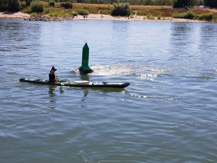 Adriaan Theunisse in zijn kano op de Rijn. Onderweg komt hij geregeld hem bekende binnenvaartschippers tegen, die dan een foto van hem maken.