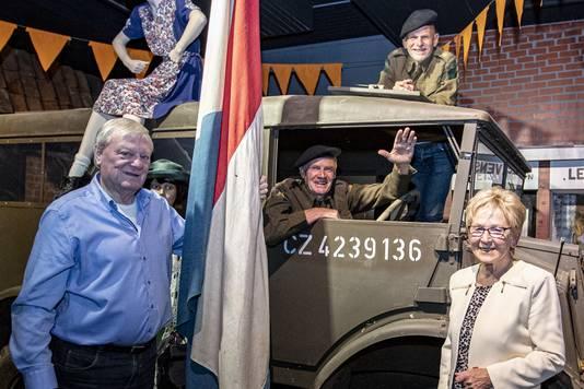De makers van Wie bint vrie, een nieuwe theatervoorstelling vanwege 75 jaar bevrijding van Nijverdal. Met  Leo Steur achter het stuur, Johan Huis in 't Veld op het dak en Herman Kampman en Hennie Greevink staand voor de truck.
