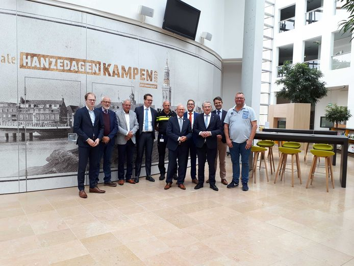 Tweede Kamerlid (3e van rechts) Roelof Bisschop (SGP) bezocht Kampen voor een werkbezoek waarin de aanpak van stelende asielzoekers centraal stond.