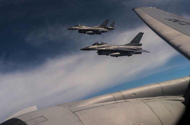 Nederlandse F-16-piloten op missie krijgen al langer het advies om niet met de mobiele telefoon naar huis te bellen.  Beeld Getty Images