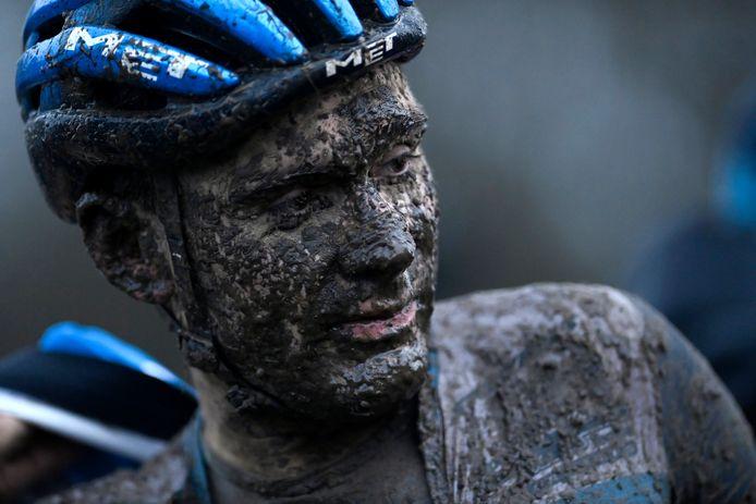 Gianni Vermeersch dook in de finale van de Wereldbeker in Grembergen in de modder en haalde bijna onherkenbaar de streep.