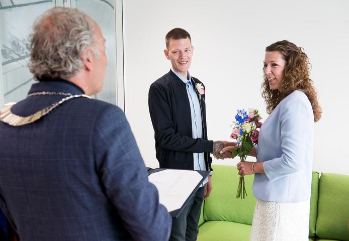 Burgemeester Victor Molkenboer trouwde vanmorgen Vincent de Rouw en Isa van Drie als eerste bruidspaar in het nieuwe gemeentehuis.