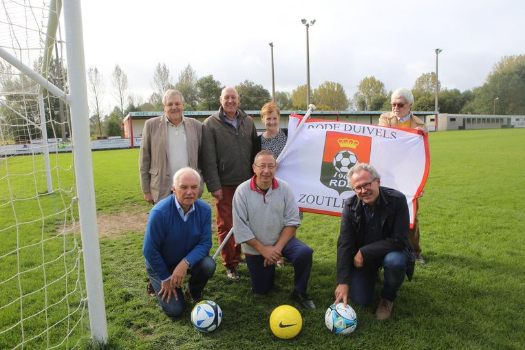 Enkele leden van de Rode Duivels met clubvlag.