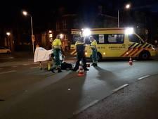 Fietser met hoofdwond naar ziekenhuis na botsing met auto