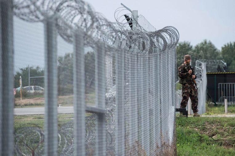 Een Hongaarse soldaat patrouilleert bij de zuidgrens met Servië.  Beeld AP