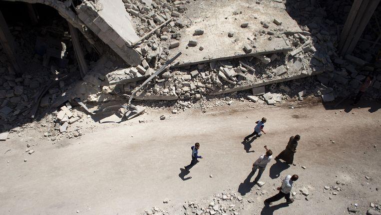 Syrische burgers lopen door de verwoeste straten van al-Bab. Beeld AFP