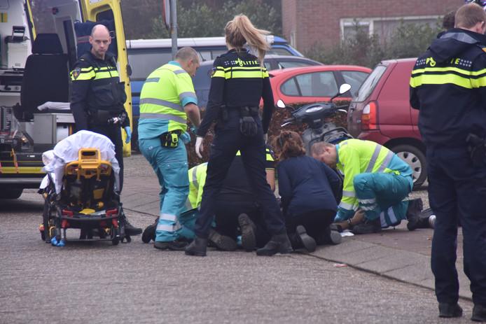 Hulpdiensten ontfermen zich over het slachtoffer.
