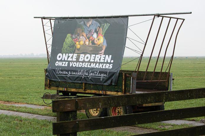 Boeren wensen iedereen prettige feestdagen.Deze kar met spandoek staat in het land langs de provinciale Bisschopsweg N414 tussen Eembrugge (Baarn) en Bunschoten Spakenburg.