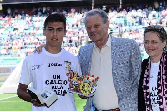 Maurizio Zamparini in mei 2015 met Paulo Dybala, bij zijn laatste wedstrijd voor Palermo.