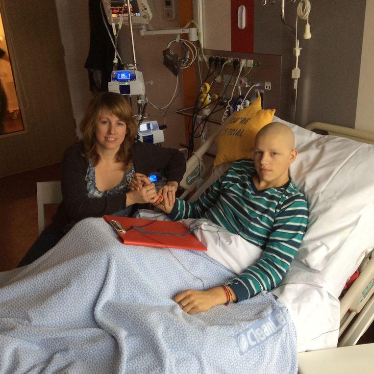 Maik in het ziekenhuis samen met zijn moeder.