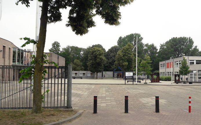De bestaande noodlokalen tussen de twee  hoofdgebouwen van het Rodenborch College i n Rosmalen.