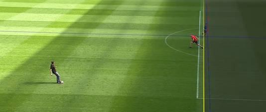Hier zie je hoe de videoscheidsrechter lijnen kan trekken om te constateren of het buitenspel is of niet.