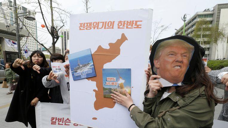 Bij de Amerikaanse ambassade in Zuid-Korea wordt gedemonstreerd tegen de marineschepen die Trump richting Noord-Korea heeft gestuurd. Beeld ap