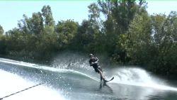 80-jarige man viert zijn verjaardag met een rondje waterski