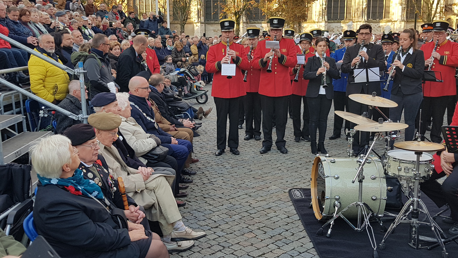 De Britse eregasten met burgemeester en wethouders tijdens een gezamenlijk optreden van acht fanfares en harmonieën op de Parade in Den Bosch