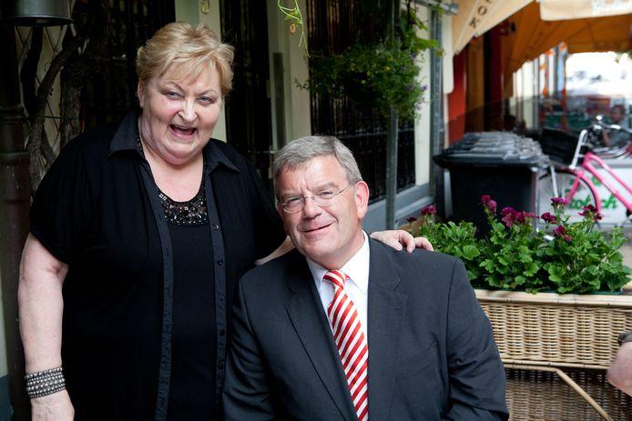 Jan van Zanen en eigenaresse Stien de Bruin op het terras van zijn favoriete restaurant. Chez Jacqueline.