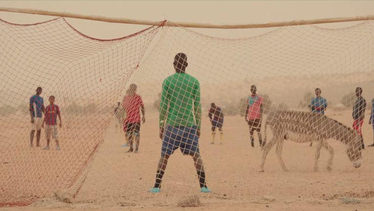 Penalty. De keeper wacht op de bal die niet komen gaat. Beeld